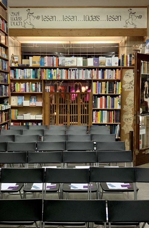 leere Stuhlreihen in der Buchhandlung